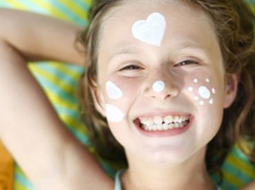 الواقي الشمسي: أربعة ألعاب نعلم بها أطفالنا كيف يقوا أنفسهم من أشعة الشمس