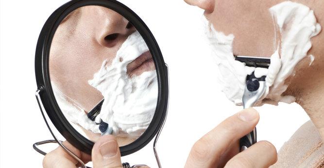 حلاقة الوجه: أفضل الأفعال لتفادي البثور