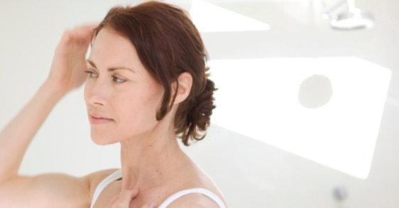 سن اِنقطاع الطمث وعلاقته بتساقط الشعر: الحلول الناجعة