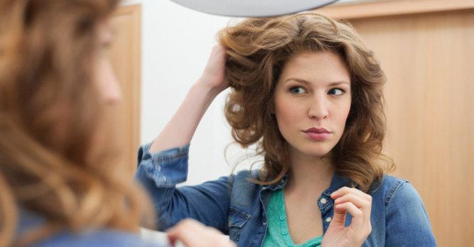 Pellicules cheveux: les 3 gestes à éviter