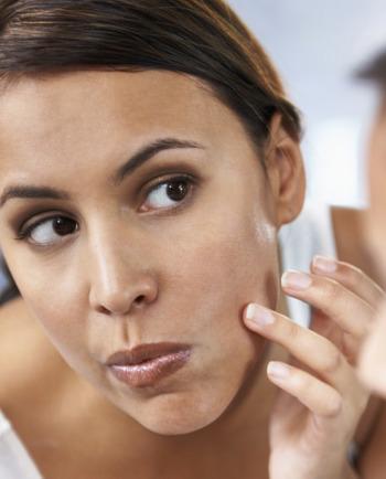 Imperfections, boutons, points noirs sur le visage: comment agir vite et bien ?